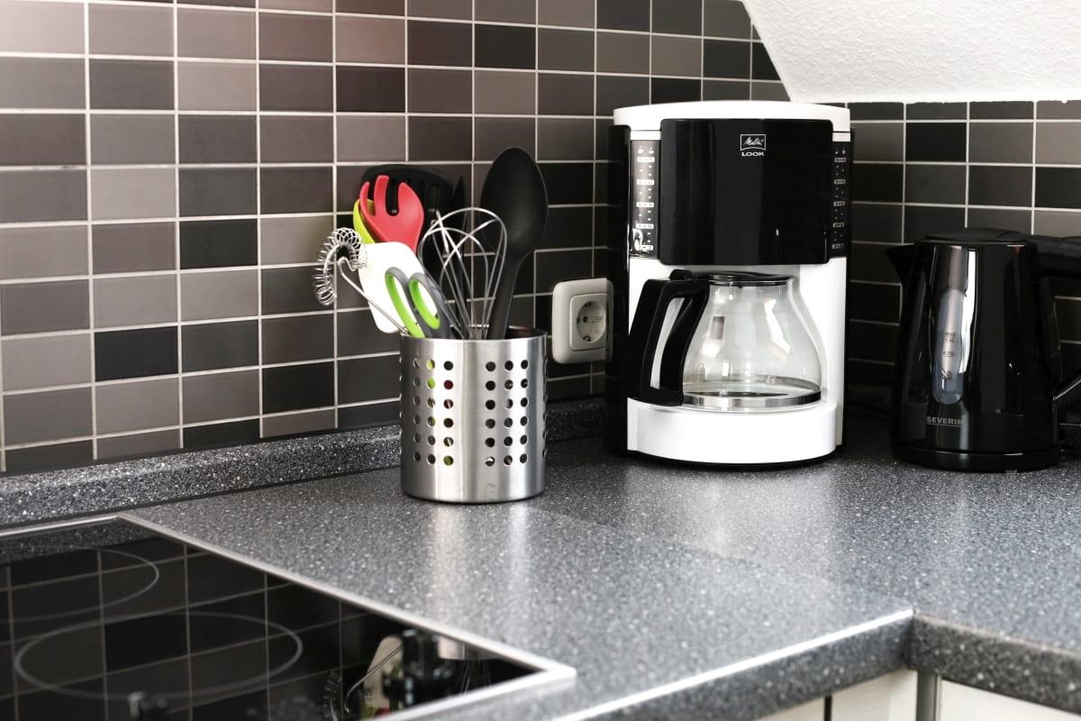 Ferienwohnung Toppler Küche mit Wasserkocher und Kaffeemaschine
